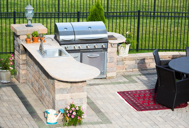 patio design that includes an outdoor kitchen